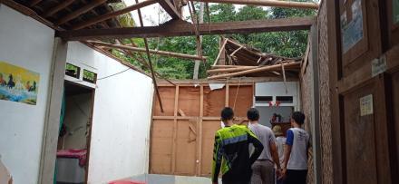 Pemberian Bantuan terhadap Warga Yang Terkena Dampak Angin Kencang